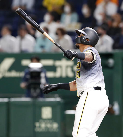 巨人対阪神 4回表阪神1死、マルテは中越え本塁打を放つ(撮影・加藤哉)