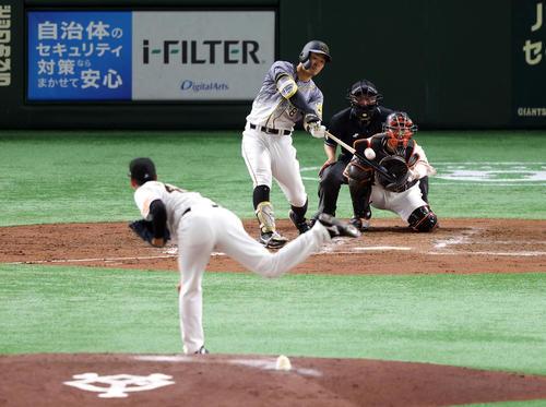 巨人対阪神 4回表阪神1死、二塁打を放つ佐藤輝。投手畠(撮影・狩俣裕三)