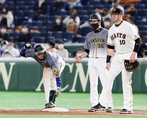 2021年5月14日 巨人対阪神 4回表阪神2死一、三塁、梅野隆太郎は中前適時打を放ちガッツポーズを見せる。右端は一塁手のスモーク(撮影・加藤哉)