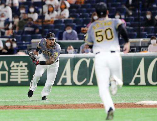 巨人対阪神 4回裏巨人無死、マルテは若林の打球を捕球する(撮影・加藤哉)