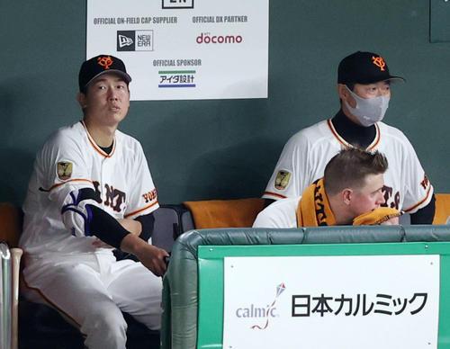 巨人対阪神 7回裏、代打が送られ降板する畠(左)。右は桑田投手チーフコーチ補佐(撮影・狩俣裕三)