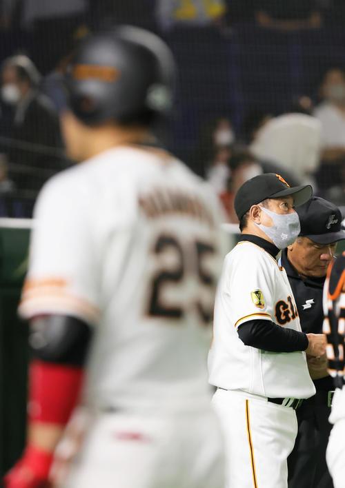 巨人対阪神 8回裏巨人2死一塁、三ゴロに倒れた岡本和(左)。右は原監督(撮影・足立雅史)