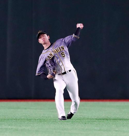 巨人対阪神 2回裏巨人1死一塁、近本は吉川尚の打球を三塁へ送球し補殺成功(撮影・加藤哉)