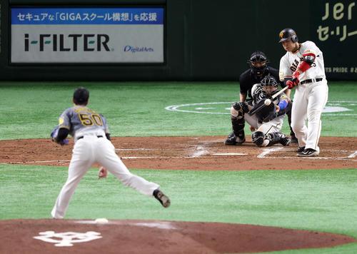 巨人対阪神 3回裏巨人1死満塁、犠飛を放つ岡本和。投手青柳(撮影・狩俣裕三)