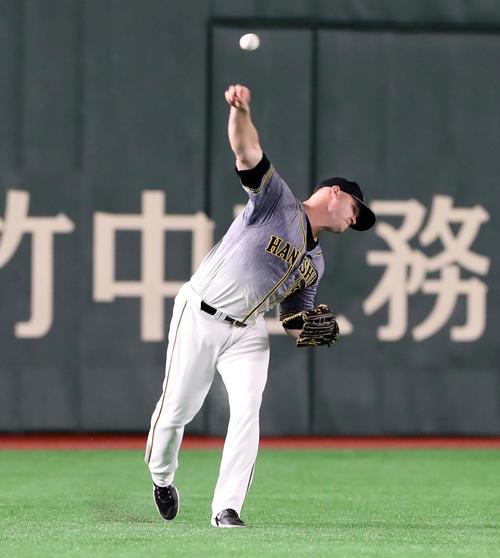 巨人対阪神 3回裏巨人1死満塁、サンズは岡本の飛球を本塁へ返球する(撮影・加藤哉)