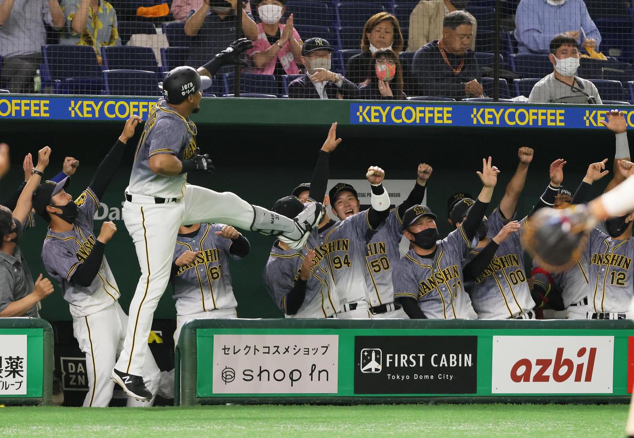 2021年5月14日 巨人対阪神 4回表阪神1死、マルテ(左から3人目)は同点の本塁打を放ちナインら「ラパンパラポーズ」を決める(撮影・足立雅史)