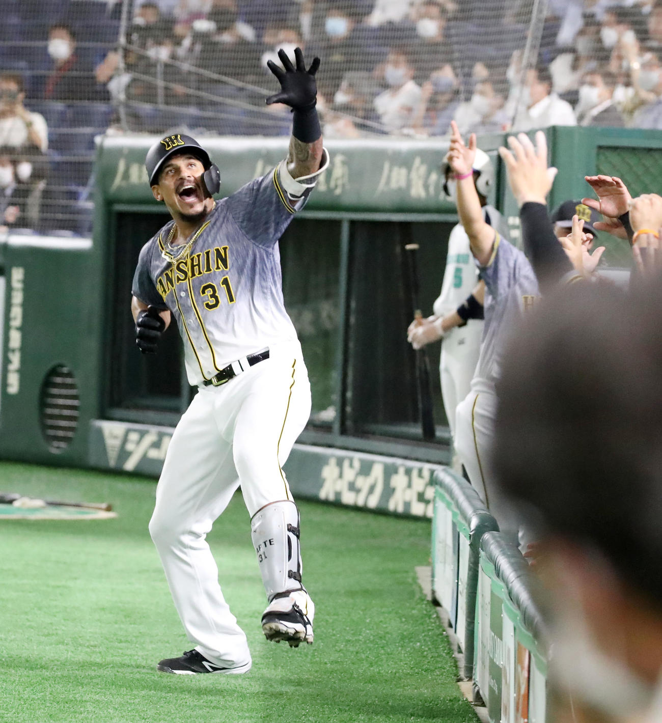 巨人対阪神 4回表阪神1死、マルテは同点本塁打を放ちラパンパラポーズを決める(撮影・加藤哉)