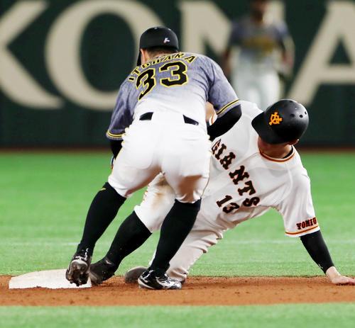 巨人対阪神 7回裏巨人2死一塁、一塁走者梶谷隆幸は打者岡本和真のとき二塁盗塁失敗。左は糸原健斗(撮影・加藤哉)