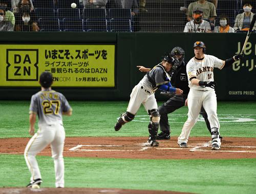 巨人対阪神 1回裏巨人2死一、三塁、一塁走者の丸が盗塁を試み二塁へ送球する梅野(撮影・横山健太)