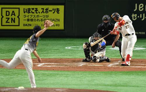 巨人対阪神 2回裏巨人1死一、三塁、中前適時打を放つ炭谷(撮影・横山健太)