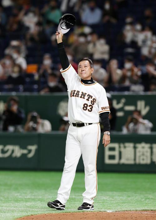阪神戦2000試合目を勝利しスタンドにあいさつする巨人原監督(撮影・加藤哉)
