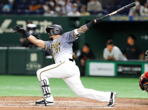 巨人対阪神 3回表阪神1死一塁、ジェフリー・マルテは中前打を放つ(撮影・加藤哉)