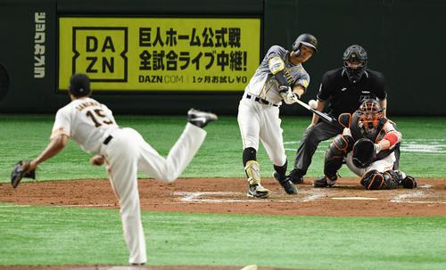 巨人対阪神 3回表阪神1死一、二塁、中2点適時二塁打を放つ佐藤輝(撮影・横山健太)