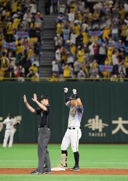巨人対阪神 3回表阪神1死一、二塁、佐藤輝は中越え2点適時二塁打を放ち両手を上げて喜ぶ(撮影・足立雅史)