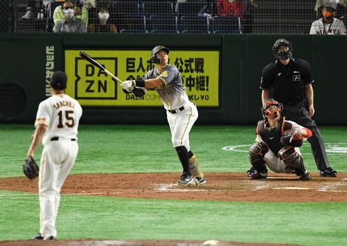 巨人対阪神 5回表阪神2死一塁、左飛に倒れる佐藤輝(撮影・横山健太)