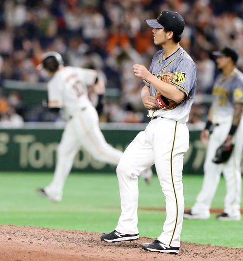 巨人対阪神 5回裏巨人2死一、三塁、伊藤将司はジャスティン・スモークに左越え3点本塁打を被弾(撮影・加藤哉)