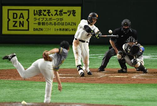 巨人対阪神 5回裏巨人2死、右前打を放つ丸(撮影・横山健太)