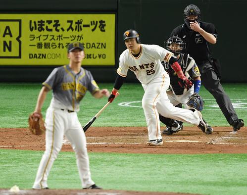 巨人対阪神 5回裏巨人2死一塁、中前打を放つ岡本和(撮影・横山健太)