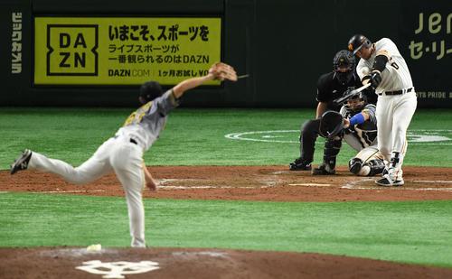 巨人対阪神 5回裏巨人2死一、三塁、左越え3点本塁打を放つスモーク(撮影・横山健太)