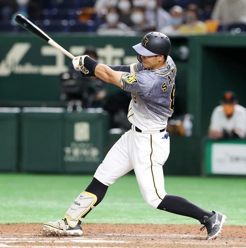 巨人対阪神 8回表阪神1死、佐藤輝明は右線に二塁打を放つ(撮影・加藤哉)