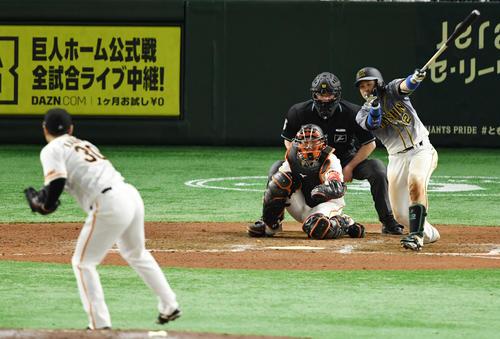 巨人対阪神 9回表阪神無死、左翼線へ二塁打を放つ梅野(撮影・横山健太)