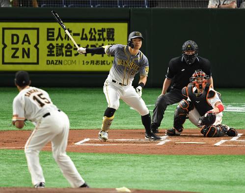 巨人対阪神 1回阪神2死三塁、左適時二塁打を放つ佐藤輝(撮影・横山健太)