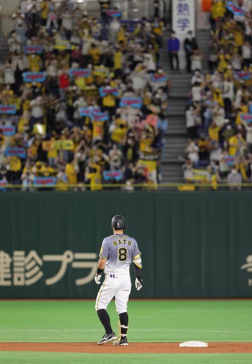 巨人対阪神 1回表阪神2死三塁、佐藤輝は左越え適時二塁打を放ち左翼スタンドを見つめる(撮影・足立雅史)