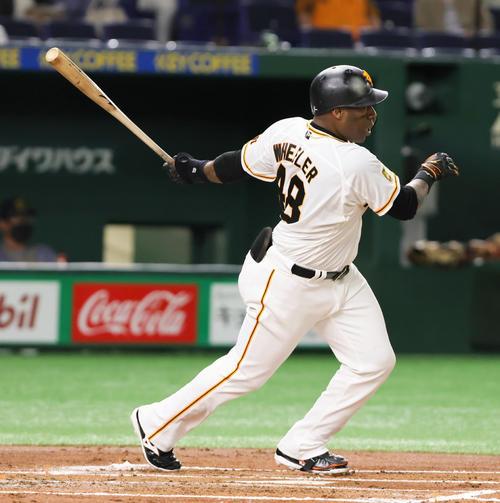 巨人対阪神 1回裏巨人無死一塁、ウィーラーは20試合連続安打となる左前打を放つ(撮影・足立雅史)