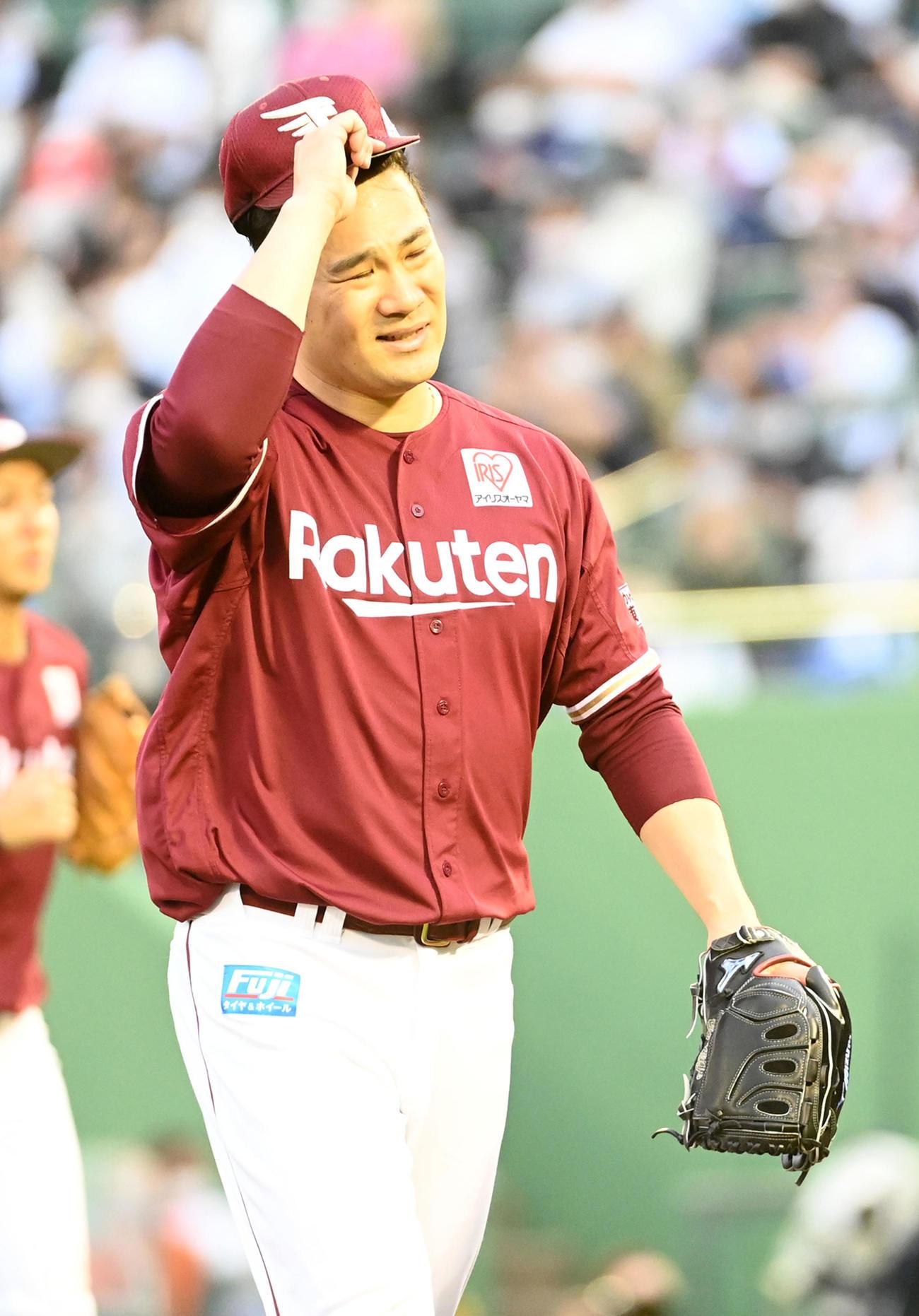 オリックス対楽天 6回、吉田正に逆転の3点本塁打を打たれがっくりとベンチに戻る田中将(撮影・前岡正明)