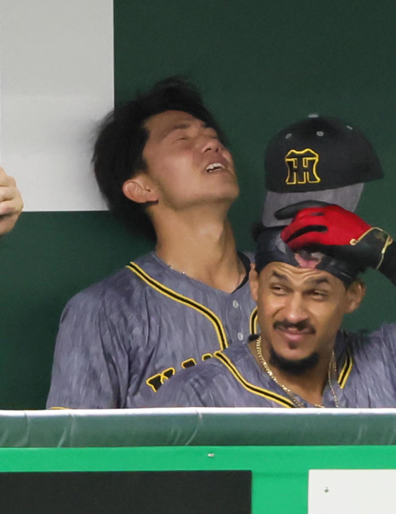 巨人対阪神 5回裏巨人に逆転を許しベンチで悔しそうな表情を見せる伊藤将(左)(撮影・足立雅史)