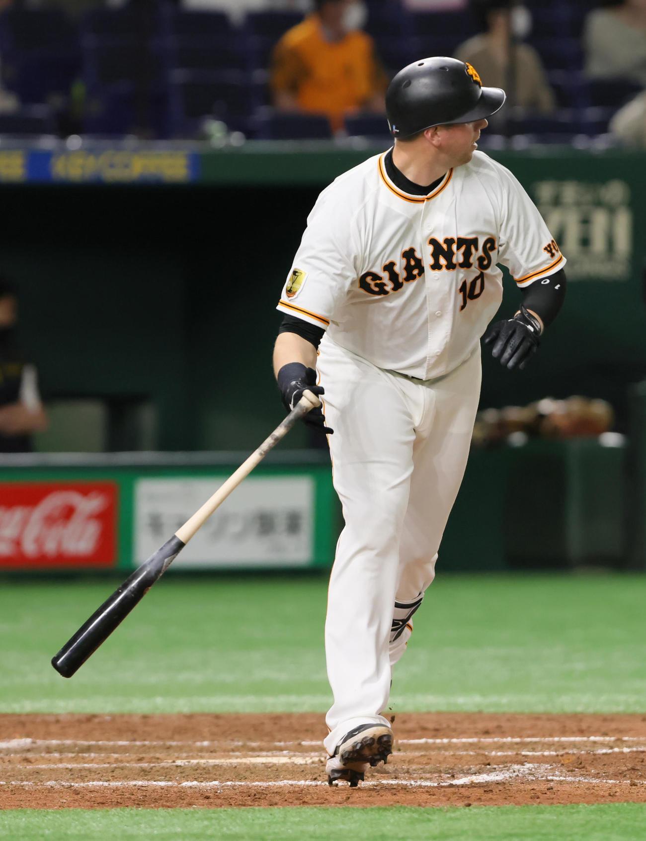 巨人対阪神 5回裏巨人2死一、三塁、スモーク(中央)は左越え3点本塁打を放つ(撮影・足立雅史)