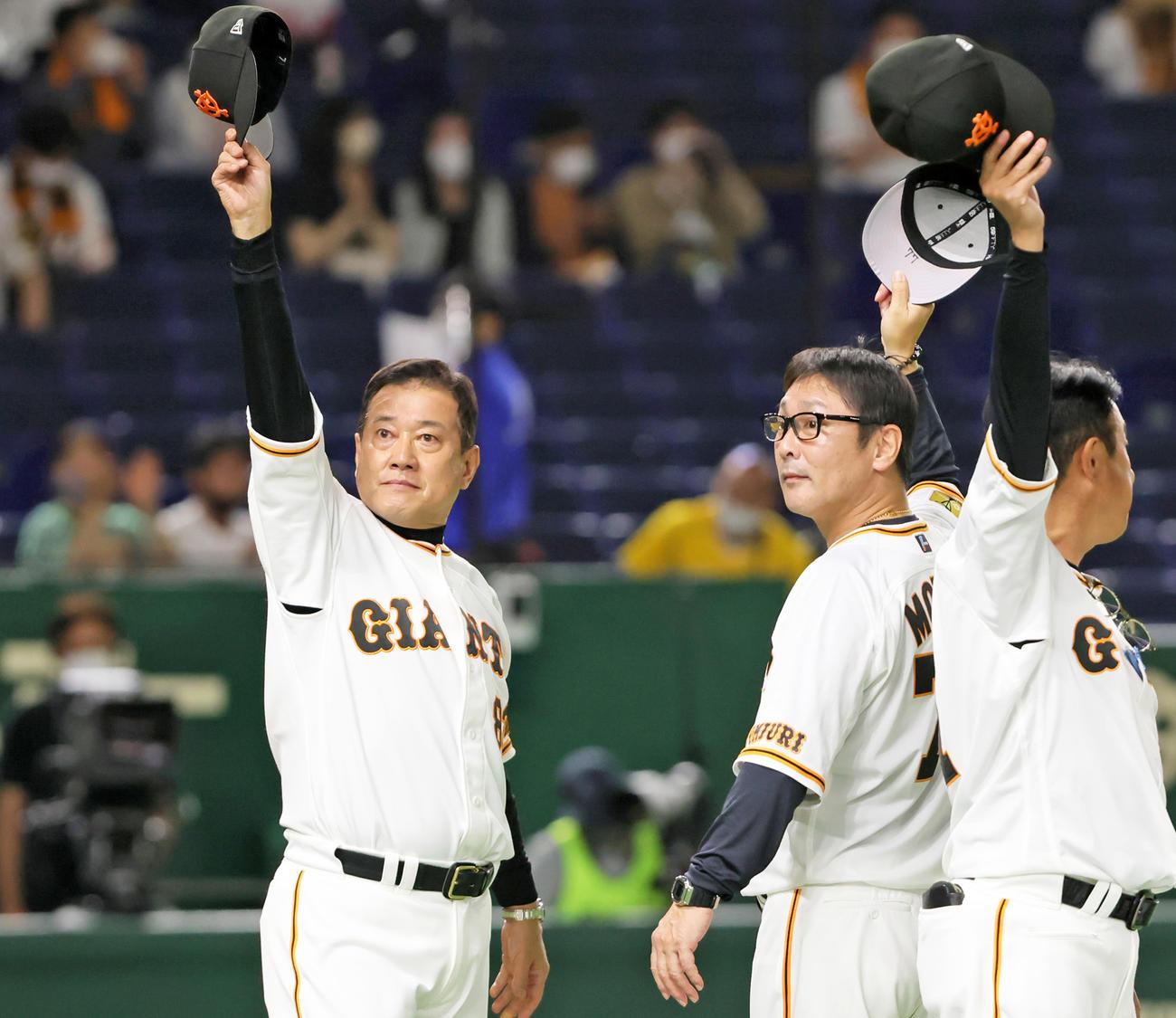 阪神戦に勝利しスタンドに手を振って応える巨人原辰徳監督(左)(撮影・足立雅史)