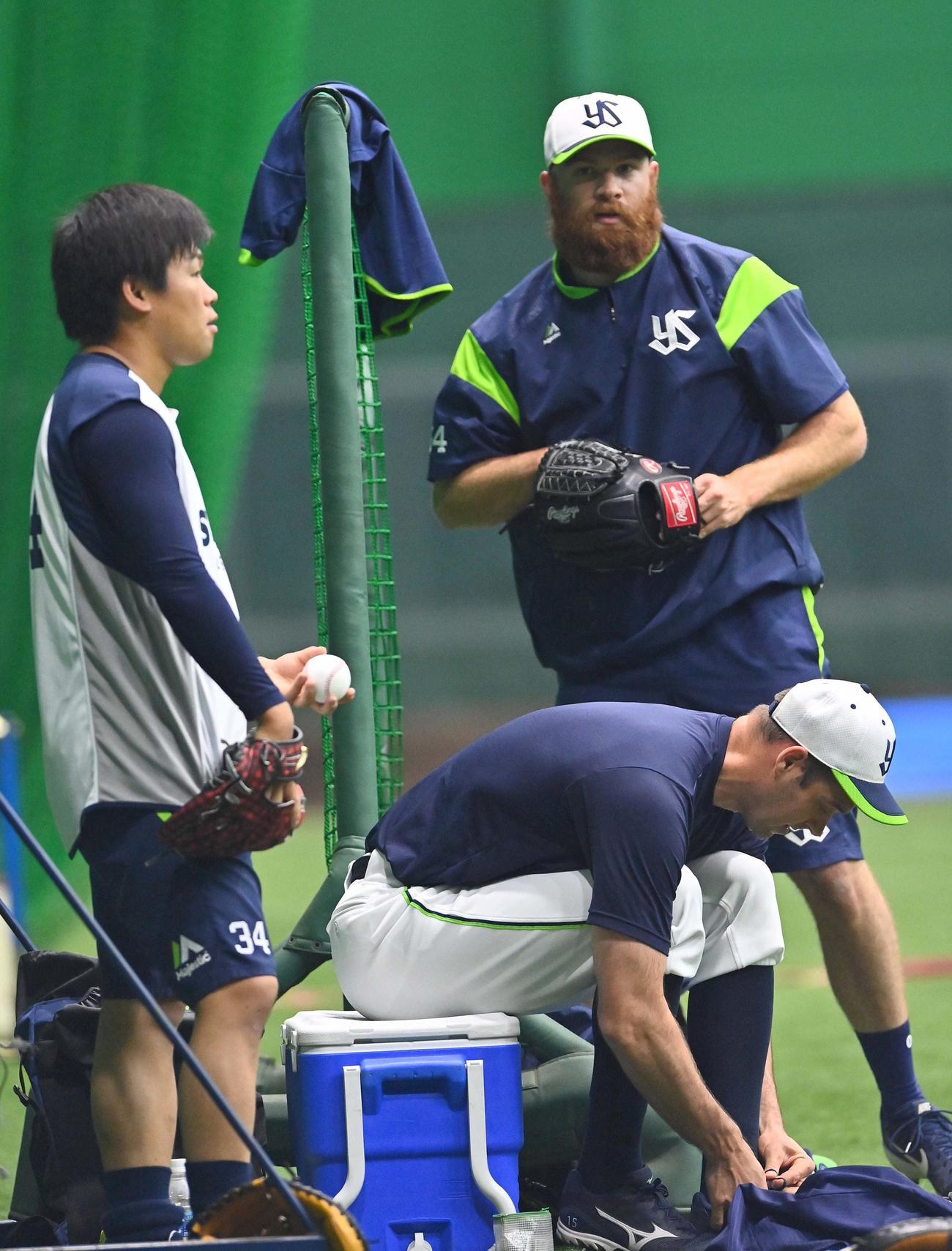 阪神戦で登板予定のサイスニード(右奥)、田口麗斗(左)、リック・バンデンハーク(撮影・上田博志)
