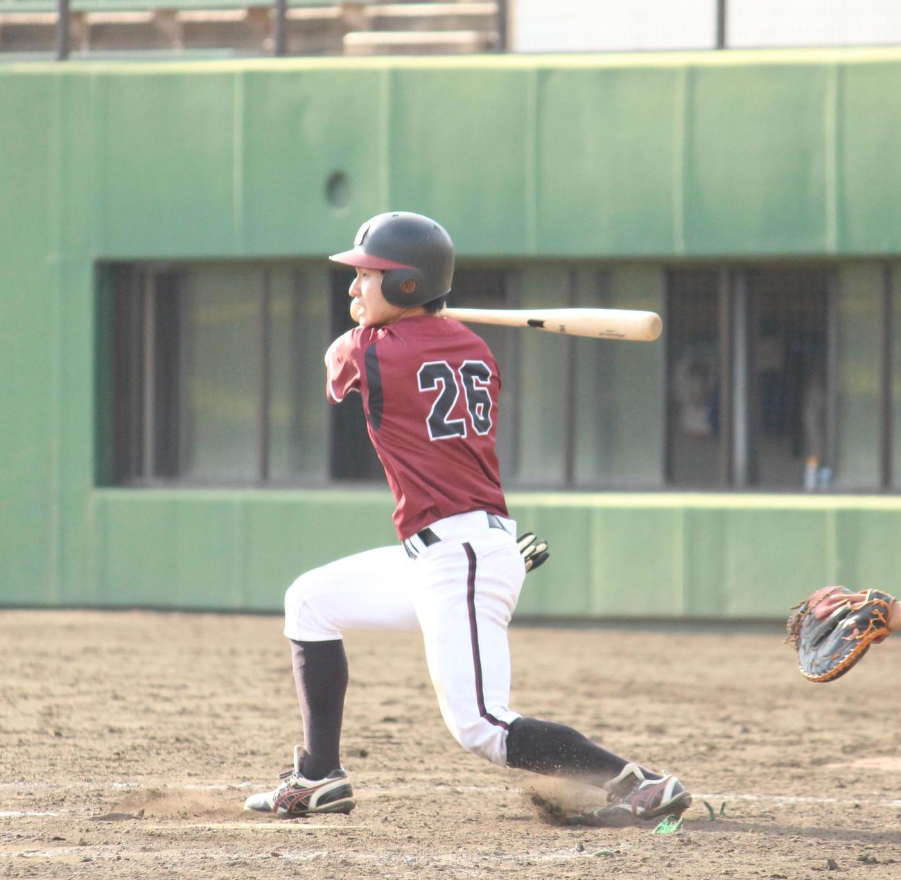 武蔵大対明星大 9回裏明星大2死一塁、右前打を放つ夏伐(撮影・保坂恭子)