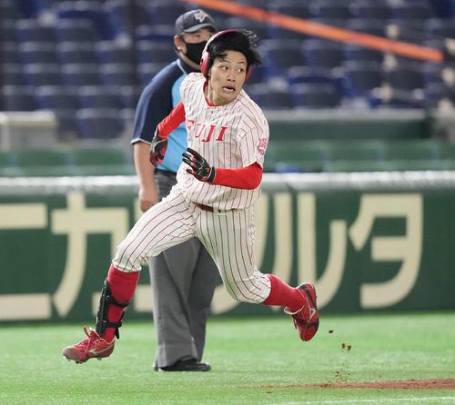 国学院大対富士大 4回裏富士大2死二塁、先制のランニング本塁打を放ち本塁へ激走する麦谷(撮影・鈴木みどり)