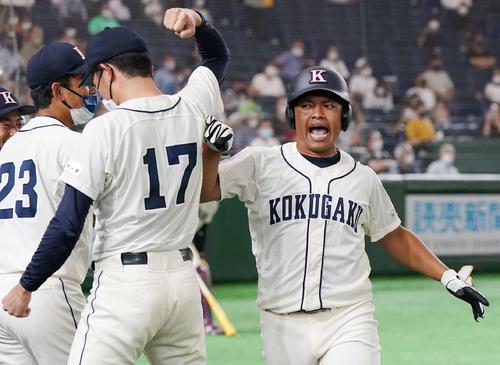 国学院大対富士大 6回表国学院大2死、左越えソロ本塁打を放った山本(右)はナインとハイタッチ(撮影・鈴木みどり)