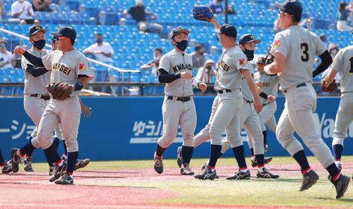 関学大対国際武道大 勝利を喜ぶ関学大の選手たち(撮影・野上伸悟)