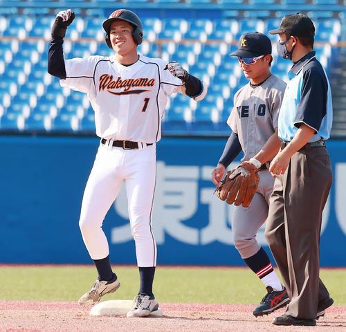 慶大対和歌山大 3回裏和歌山大2死一塁、左中間適時二塁打を放ち喜ぶ安田(撮影・野上伸悟)