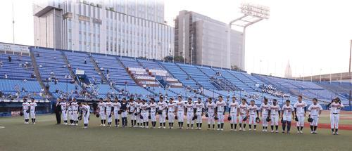 慶大対和歌山大 2-4で敗れ、客席に向かってあいさつする和歌山大の選手たち(撮影・野上伸悟)