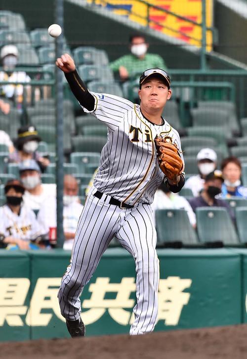 阪神対ソフトバンク 4回表ソフトバンク2死、三森の打球をさばくも一塁へ悪送球する大山(撮影・上田博志)