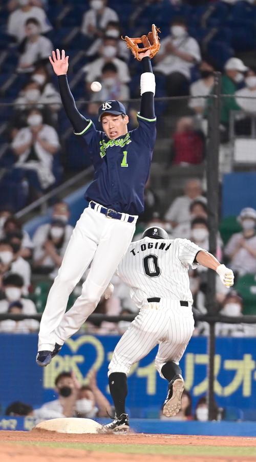ロッテ対ヤクルト 5回裏ロッテ無死一、二塁、荻野の投前送りバントの一塁ベースカバーに入ったヤクルト山田(左)はサイスニードの暴投を捕球できず適時失策となる(撮影・小沢裕)