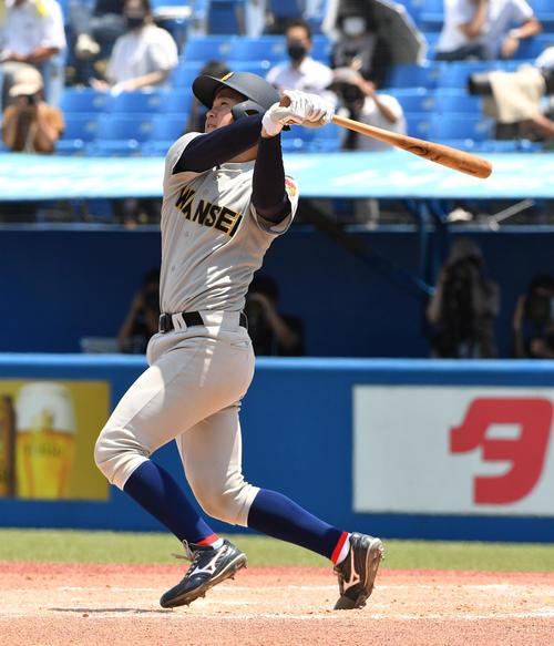 準々決勝、慶大対関学大 2回裏関学大2死、佐藤は左越えに本塁打を放つ(撮影・柴田隆二)