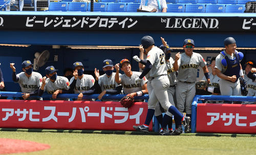 準々決勝、慶大対関学大 2回裏関学大2死、佐藤は左越えに本塁打を放ちナインの出迎えを受ける(撮影・柴田隆二)