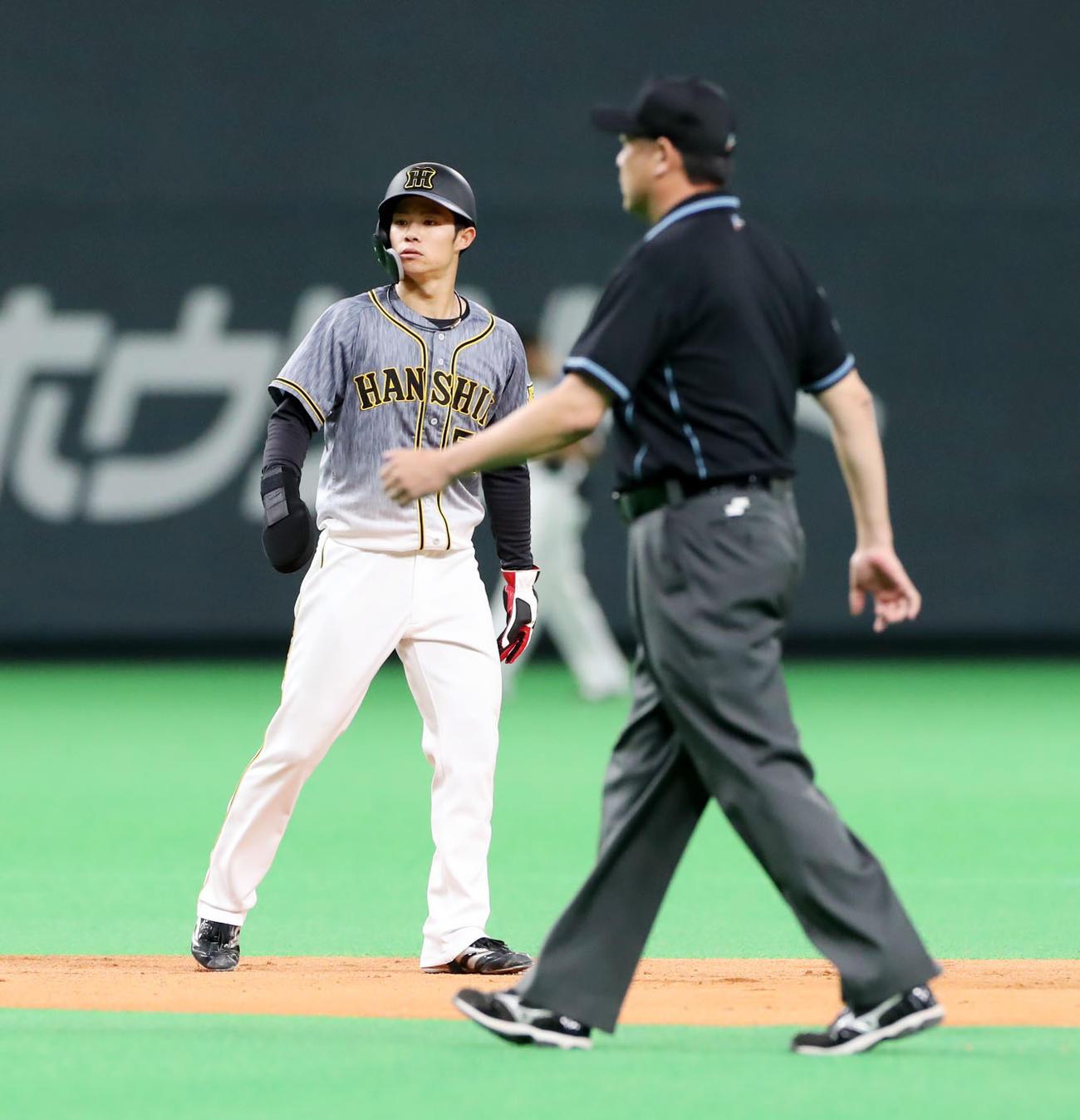 日本ハム対阪神 7回表阪神2死一塁、一塁走者中野は二塁盗塁を決める(撮影・加藤哉)