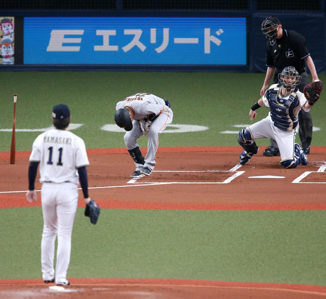 オリックス対巨人 1回表巨人2死、吉川は死球をうけ痛がる(撮影・上山淳一)