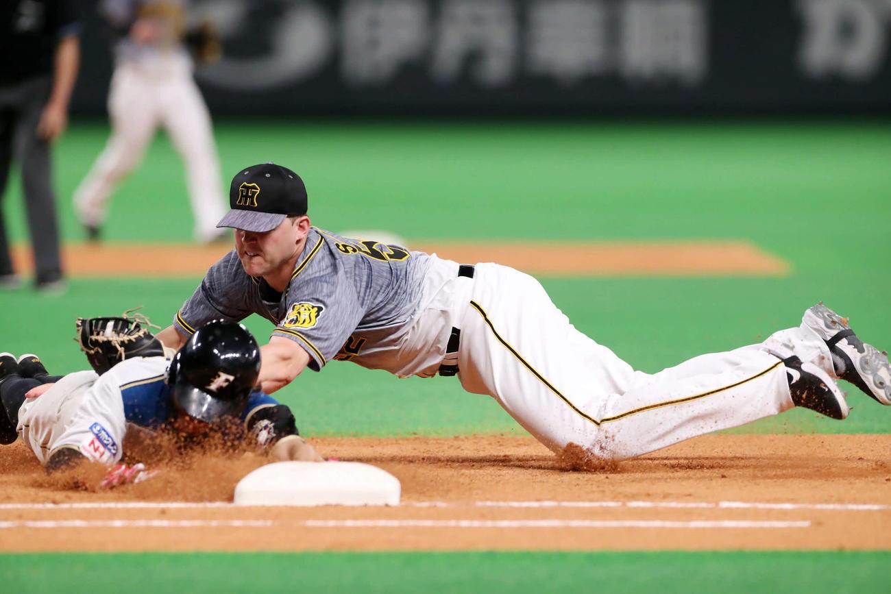 日本ハム対阪神 6回裏日本ハム1死一、二塁、サンズは西川の一直で飛び出した浅間を併殺とする(撮影・加藤哉)