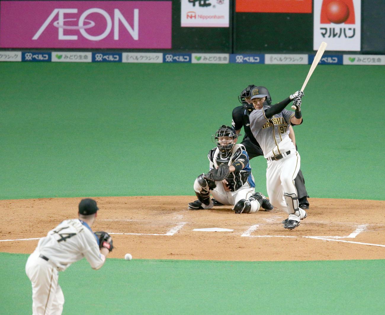 日本ハム対阪神 5回表阪神無死、小野寺はプロ初安打となる中前打を放つ。投手は日本ハム・アーリン(撮影・佐藤翔太)