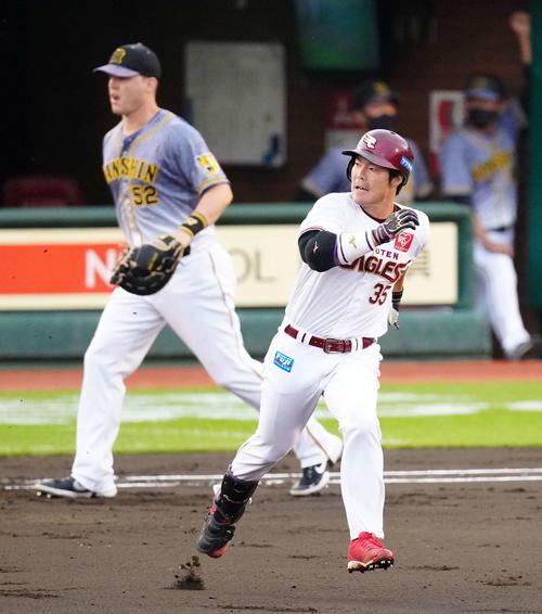 1回裏楽天2死一塁、先制適時三塁打を放った島内は打球を見ながら塁を回る(撮影・江口和貴)