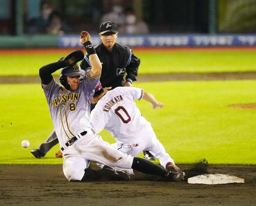 楽天対阪神 5回表阪神2死一塁、二塁盗塁を決める佐藤輝(左)(撮影・江口和貴)