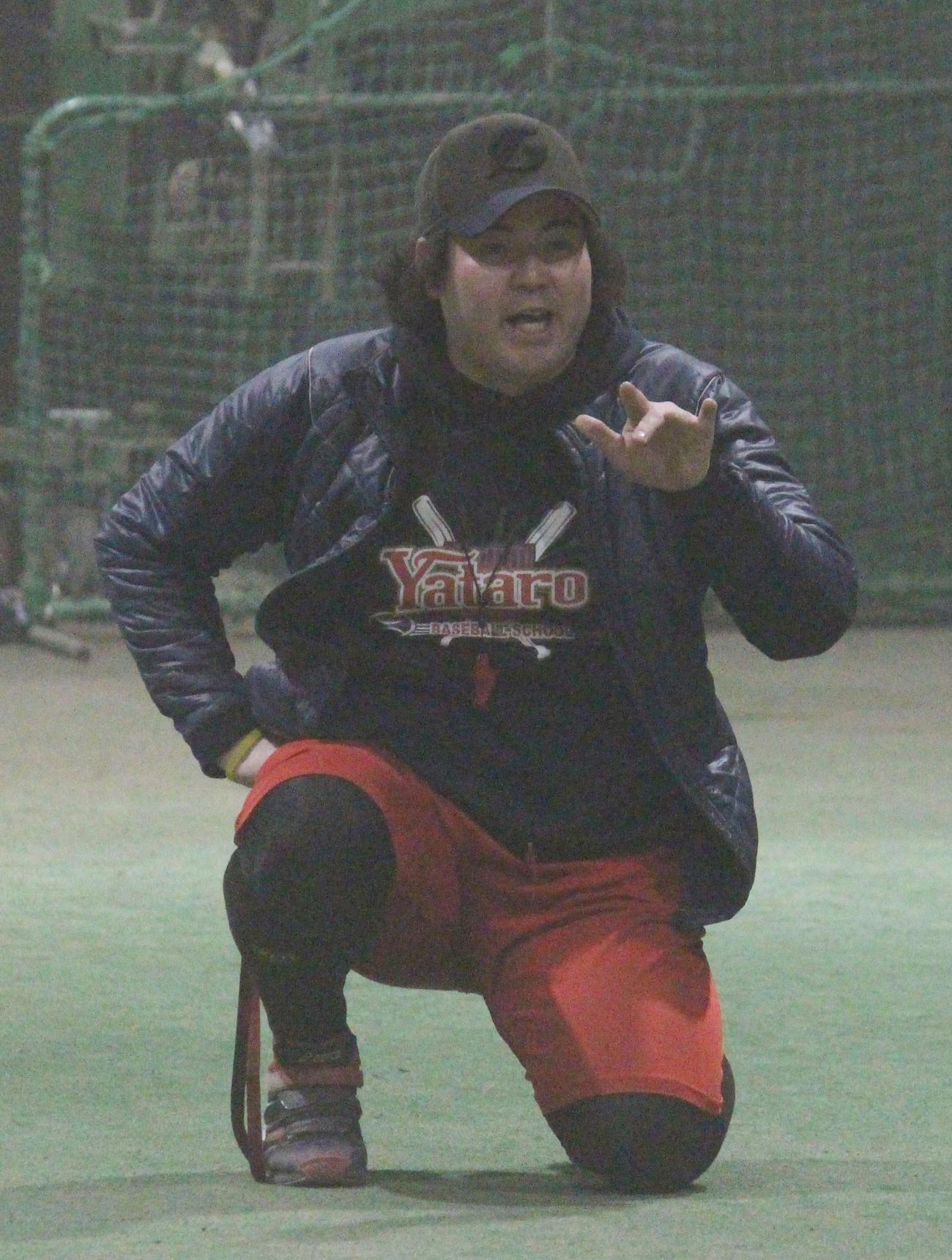 野球スクールで指導する坂元弥太郎さん=2021年1月20日